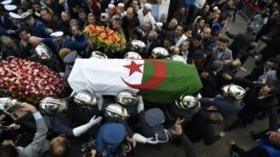 توافدت الحشود إلى قرية آيت أحمد لإلقاء النظرة الأخيرة على مؤسس حزب جبهة القوى الإشتراكية