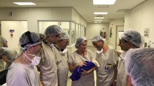 Le bébé né de la transplantation d'un utérus post-mortem, à Sao Paulo, le 15 décembre 2017.