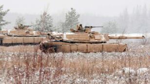 Des chars américains Abrams lors d'un exercice en Lettonie, le 21 novembre 2014.