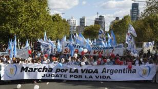 Miles de personas durante una manifestación contra la despenalización del aborto, en Buenos Aires, el 25 de marzo de 2018.