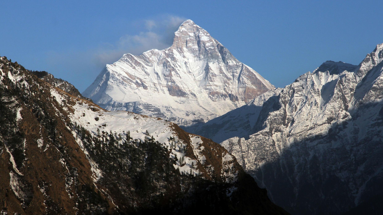 La montaña cubierta de nieve, Nanda Devi, se ve desde la ciudad de Auli, en el estado de Uttarakhand, en el norte del Himalaya, en India, el 25 de febrero de 2014.