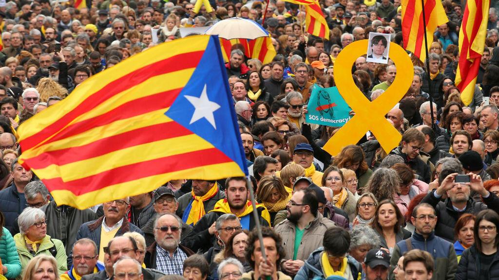 Decenas de personas durante la manifestación que se llevó a cabo en Barcelona el 25 de marzo de 2018 en rechazo a la detención de Carles Puigdemont.