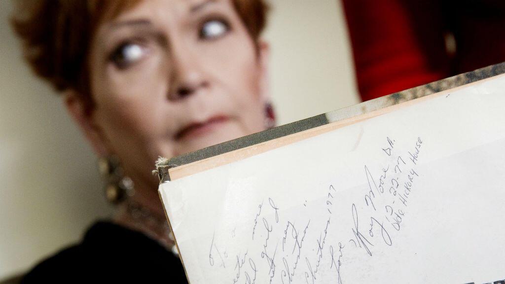 Durante la conferencia de prensa en la que denunció el presunto acoso sexual del que habría sido víctima, Beverly Young Nelson enseñó una nota supuestamente escrita por Roy Moore.