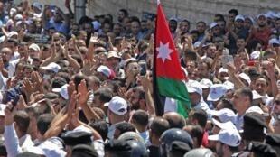 المعلمون الأردنيون يهتفون ويلوحون بعلمهم أثناء احتجاج في العاصمة عمان، 5 سبتمبر/ أيلول 2019.