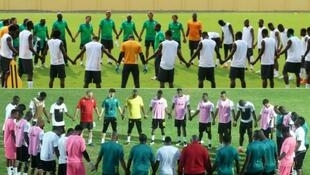 Ivory Coast (top) and Ghana join hands before the 2015 CAN final