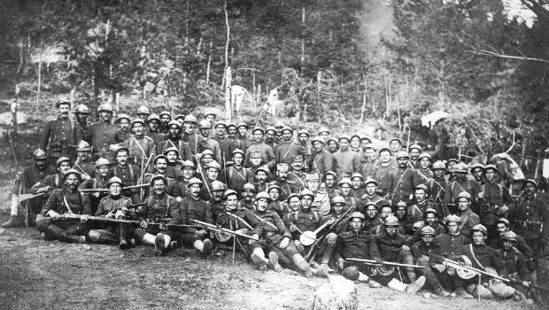 Flora Sandes en septembre 1918 avec un groupe de soldats (au premier rang, deuxième en partant de la gauche)