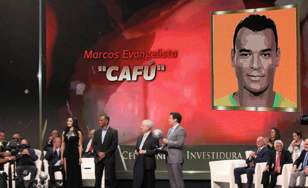 Investidura del legendario lateral derecho brasileño Cafú durante la octava edición de la ceremonia del Salón de la Fama del Fútbol en Pachuca, México, el 13 de noviembre de 2018.