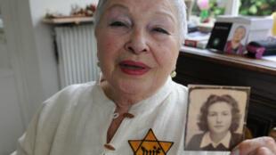 Sarah Lichtsztejn-Montard montre une photo d'elle adolescente.