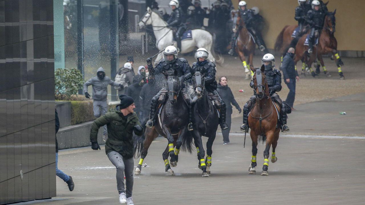 Agentes de policía en medio de un enfrentamiento con uno de los manifestantes que participaba en la marcha registrada en Bruselas, Bélgica, el 16 de diciembre de 2018.
