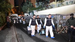 La police turque quitte l'ambassade saoudienne à Istanbul après avoir prélevé des échantillons, le 18 octobre 2018.