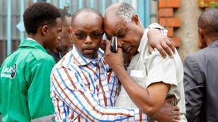 Des proches de victimes de l'attaque de l'hôtel Dusit à Nairobi, au Kenya, le 16 janvier 2019.