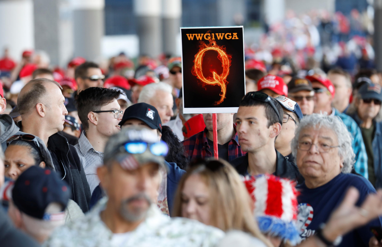 Une pancarte aux couleurs de QAnon brandie lors d'un rallye pro-Trump à Las Vegas.