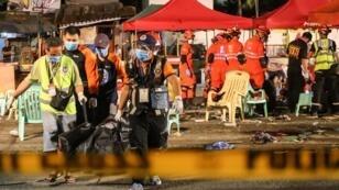 Les secours évacuent le corps d'une victime de l'attaque terroriste, perpétrée samedi 3 septembre, à Davao, sud des Philippines.