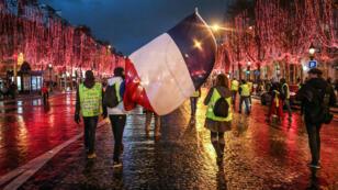 Quelques dizaines de Gilets jaunes se sont retrouvés sur les Champs-Élysées samedi, sous haute tension.
