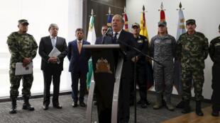 El ministro de Defensa de Colombia, Guillermo Botero, habla este lunes 30 de septiembre durante una rueda de prensa acompañado por el ministro de Relaciones Exteriores Carlos Holmes Trujillo (segundo de izquierda a derecha) y la cúpula militar, en Bogotá, Colombia.