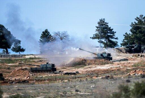 دبابة تركية تقصف مواقع في سوريا من كيليس الحدودية في 16 شباط/فبراير 2016