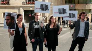 Des personnes manifestent devant l'ambassade de Turquie à Paris pour demander la libération de Mathias Depardon, le 25 mai 2017.