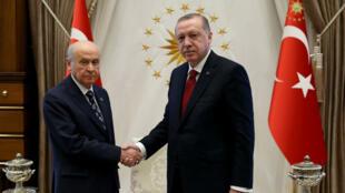 Le président turc, Recep Tayyip Erdogan, et le leader du MHP, Devlet Bahçeli, ont mis de côté leur animosité respective pour former une coalition politique.
