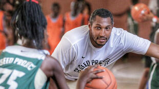 Boris Diaw lors de son séjour à la Seed Academy, au Sénégal
