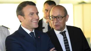 Emmanuel Macron en compagnie de Jean-Yves Le Drian à Étel, dans le Morbihan, jeudi 1er juin.