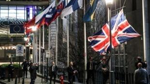 موظفون ينزلون علم بريطانيا في بروكسل في يوم بريكست في 31 كانون الثاني/يناير 2020.