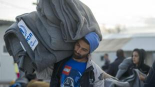 Le HCR distribue des couvertures aux migrants du camp de Gevgelija près de la frontière entre la Grèce et la Macédoine, le 25 février 2016