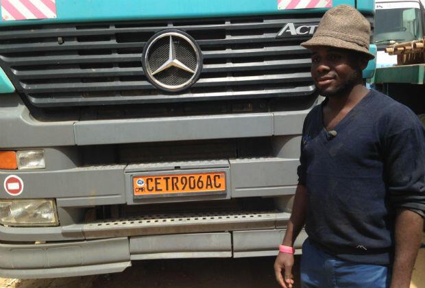 Roger, jeune routier tchadien, est contraint d'emprunter un itinéraire de contournement pour acheminer sa marchandise.