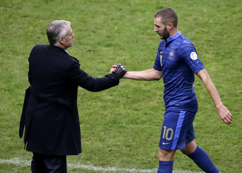 Poignée de mains entre le sélectionneur Didier Deschamps et son attaquant Karim Benzema au Stade de France, le 19 novembre 2013