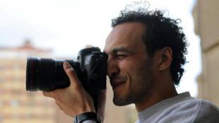 El fotoperiodista Shawkan toma una foto en su casa tras salir de prisión. El Cairo, Egipto, 4 de marzo de 2019.
