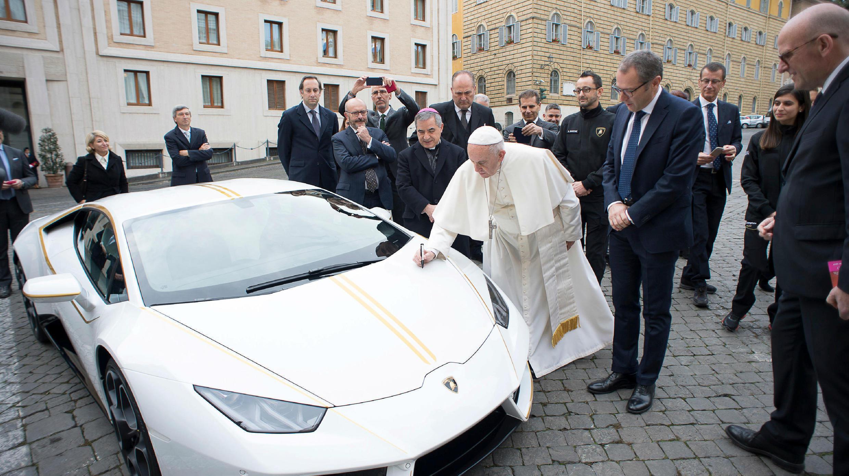 El papa Francisco firma un Lamborghini Huracán antes de su audiencia en la Plaza de San Pedro. 15/11/17