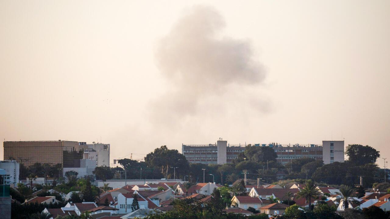 دخان فوق مدينة عسقلان الإسرائيلية إثر هجوم صاروخي من غزة.