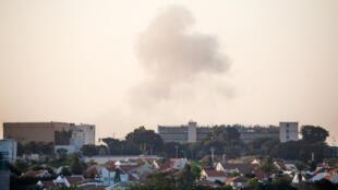 De la fumée visible au-dessus de la ville israélienne d'Ashkelon à la suite d'une attaque à la roquette depuis Gaza.