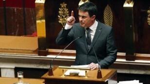 رئيس الحكومة الفرنسية مانويل فالس يتحدث خلال جلسة خاصة للبرلمان