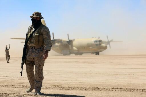 جندي سعودي في نوبة حراسة فيما طائرة شحن عسكرية سعودية تحمل مساعدات تهبط في محافظة مأرب بوسط اليمن في 8 شباط/فبراير 2018