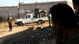 Des combattants de l'Armée syrienne libre combattent l'organisation de l'État islamique à Dabiq en Syrie, le 15 octobre 2016.