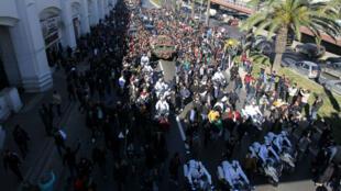 Une foule immense s'est rassemblée devant les portes du Palais du peuple à Alger pour rendre un dernier hommage au général Gaïd Salah, le 25 décembre 2019.