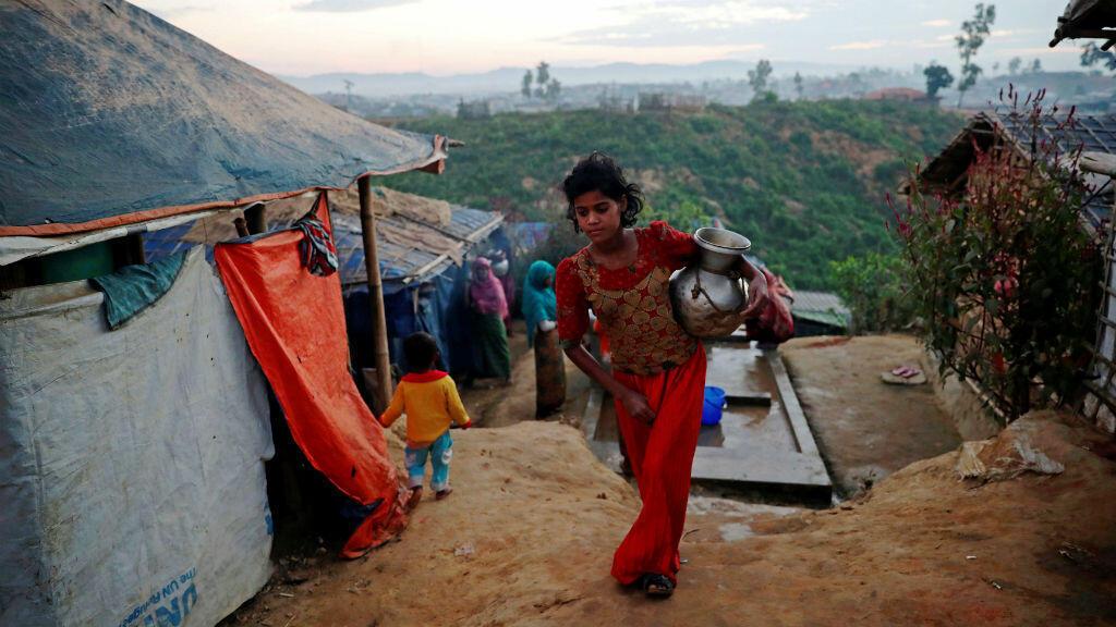 Una niña refugiada de Rohingya lleva una jarra de agua en el campamento de Balukhali en Cox's Bazar, Bangladesh, el 15 de noviembre de 2018.