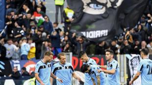 لاعبو لاتسيو يحتفلون بهدف الاسباني لويس البرتو ضمن منافسات الدوري الايطالي لكرة القدم امام بولونيا على الملعب الاولمبي في روما في 29 شباط/فبراير 2020.