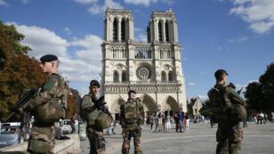 Des soldats français de l'opération Sentinelle devant la cathédrale Notre-Dame de Paris, le 20 août 2017.