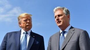 الرئيس الأميركي دونالد ترامب (يسار) مع مستشاره للأمن القومي روبرت أوبراين في لوس أنجليس في 18 أيلول/سبتمبر 2019