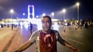 رجل تغطيه الدماء أمام جسر البوسفور في إسطنبول في 16 تموز/يوليو 2016 خلال مواجهات مع العسكريين الانقلابيين