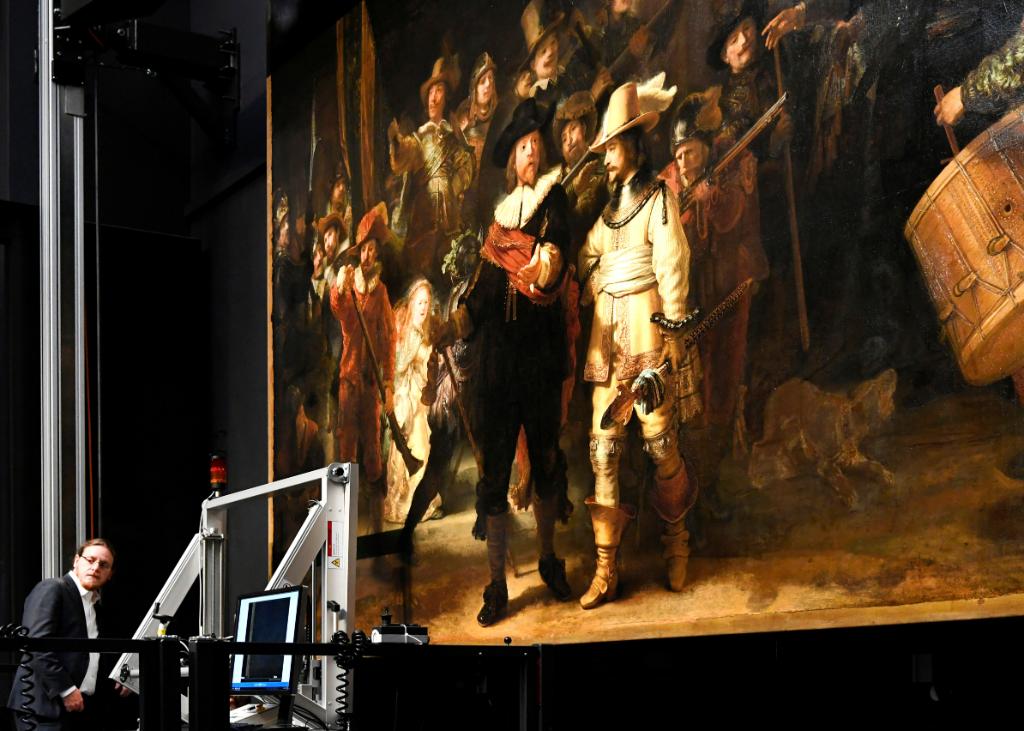 Un restaurador de la obra 'La ronda de noche' en el Rijksmuseum.