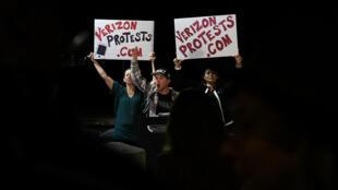 Des manifestants protestent contre la remise en question de la neutralité du Net, le 28 novembre 2017 à Los Angeles.