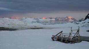 ذوبان ثلوج القطب الجنوبي بسبب درجات الحرارة العالية على كوكب الأرض
