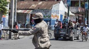Un grupo d periodistas sentados en la parte trasera de un vehículo de prensa durante una protesta contra el Gobierno del presidente Jovenel Moïse. Momentos después fueron atacados por la policía haitiana con gases lacrimógenos. En Puerto Príncipe, Haití, el 10 de febrero de 2021.