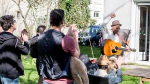 """""""C'est moi votre commande"""", s'amuse le chanteur Davy Kilembé qui se déplace à domicile, à Toulouse, le 20 février 2021, en ces temps de Covid qui a entraîné la fermeture des festivals et salles de concert"""