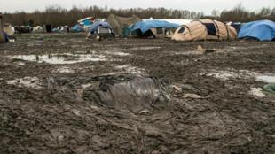 Situé en bordure d'autoroute, le camp de Grande-Synthe est, pour l'heure, un vaste terrain de boue.