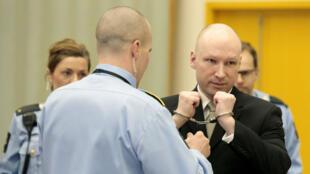 Anders Breivik arrive menotté à son procès, le 16 mars 2016.