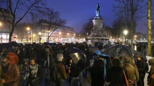 """Des centaines de personnes du mouvement """"Nuit Debout"""" ont occupé la place de la République pour la quatrième nuit consécutive dimanche 3 avril."""