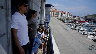 Une famille se détend sur son balcon lors de l'épidémie de Covid-19 à Lekeitio, en Espagne, le 25 avril 2020.